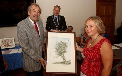 Prijswinnaar Monique Wels (Paradijs) ontvangt de prijs uit handen van coördinator Dick Vermeij (foto: Roeland de Bruyn)